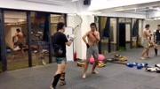 传武习练者来泰拳馆切磋,被当成靶子打,看来木人桩没少练